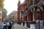 『007/スカイフォール』ロケ地 - ナイツブリッジ ... ジョン・バリーが住んでいたナイツブリッジのアパートはMのアパートとして登場