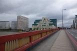『007/スカイフォール』ロケ地 - ヴォクソール橋 ... 橋のたもとに建つMI6本部が爆破される