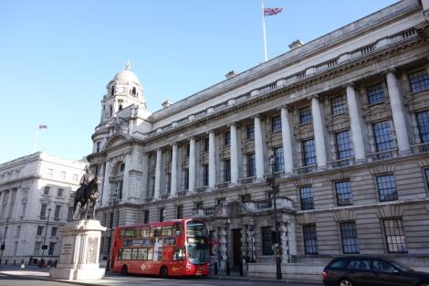 『007/スカイフォール』ロケ地 - エネルギー・気候変動省 ... ボンドが屋上(左端ビル)からロンドンの街を眺める