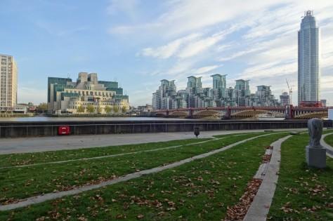『007/スペクター』ロンドン・ロケ地 - ヴォクソール・ブリッジ(リバーサイド・ウォーク・ガーデンズ)